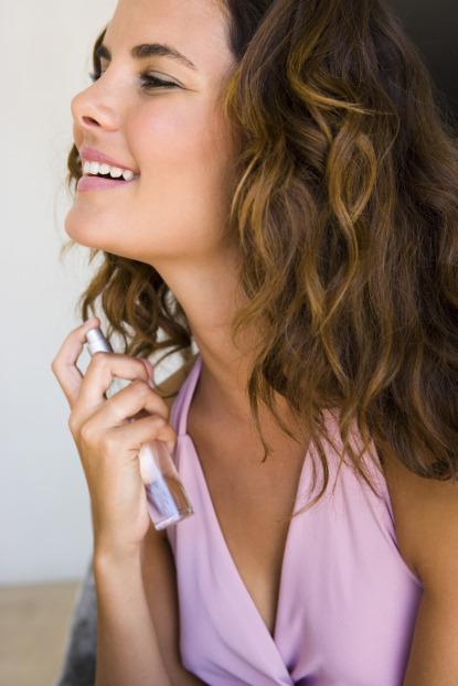 parfüm használó nő