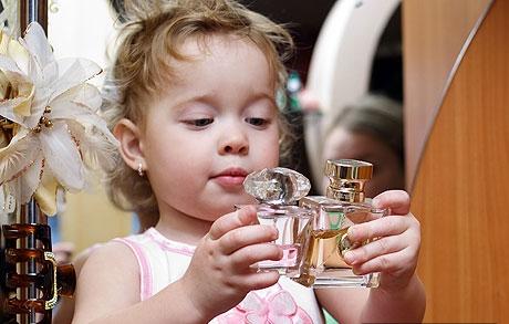 A kép nem a gyermekemet ábrázolja, de valahogy így kell elképzelni, ahogy játszik az üvegekkel...:)